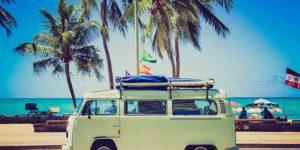 Bild eines VW-Bus am Strand